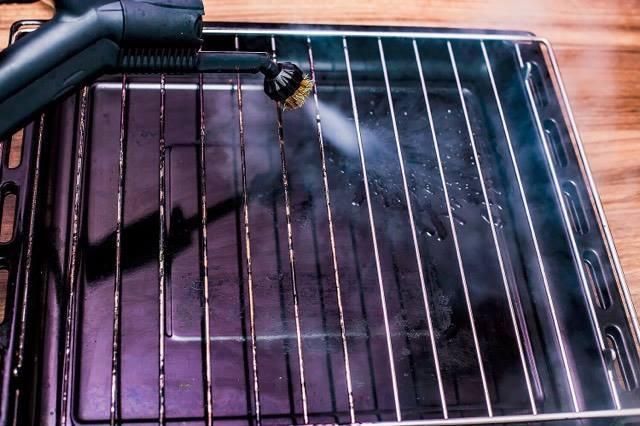 Der Trockendampfreinger Mondo von Noel bei der Reinigung